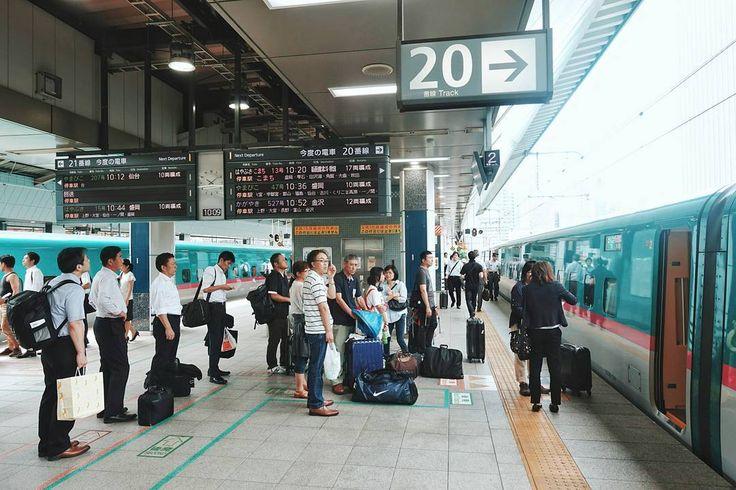 Salah satu tempat favorit saya di Jepang adalah stasiun. Yang ini saya foto waktu mau naik Shinkansen Hayabusa menuju Hachinohe tadi . Stasiun kereta api di Jepang bisa menjadi tempat yang super dinamis dimana ribuan orang bepergian setiap harinya. Seperti di Stasiun Tokyo yang super besar itu misalnya . Namun bisa juga stasiun ini menjadi tempat yang romantis. Bahkan kalau nggak salah orang Jepang ini kalau nganterin gebetannya cuma sampe stasiun aja. Gak dianterin sampe rumah kayak di…