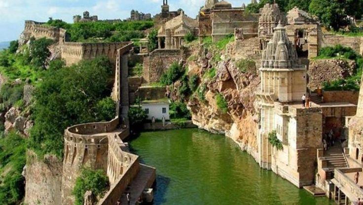 Neben dem Taj Mahal gibt es in Indien viele beeindruckende Touristenziele, eines davon ist das Dorf Benteng Chittorgarh. (thecoolhunter.net) -