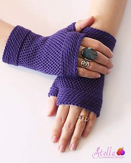 Allrasystir: fingerless gloves in Bosnian crochet/ shepherd's knit. The pattern for a matching cowl is also available.