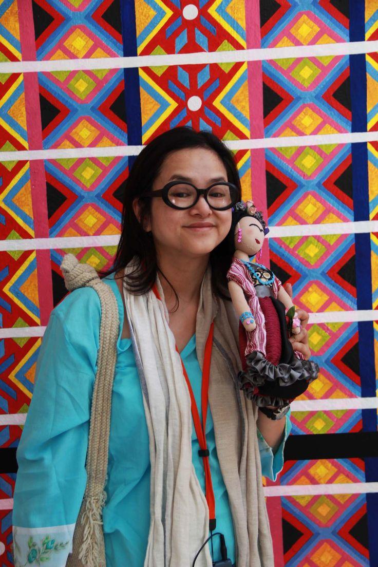 Creadora de muñecas hongkonesa junto a Frida.