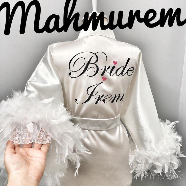 Minik kalplerle süslenen Bride İrem yazımız volanlı kol ve tüy detayları ile çok şık görüneceksiniz #sabahlik #sabahlikmodelleri #satensabahlik #gelin #gelinsabahligi #gelinlereozel #briderobe #brides  #makyajsabahligi