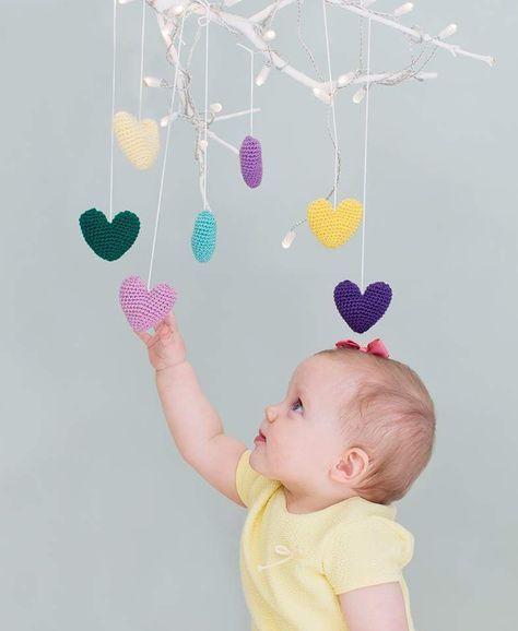 I dag deler jeg en oppskrift fra boken min, Hekling til småfolk. Hjerte-uroen er fin i seg selv, f.eks. på barnerommet, men hjertene kan også brukes som pynt ellers i hjemmet.