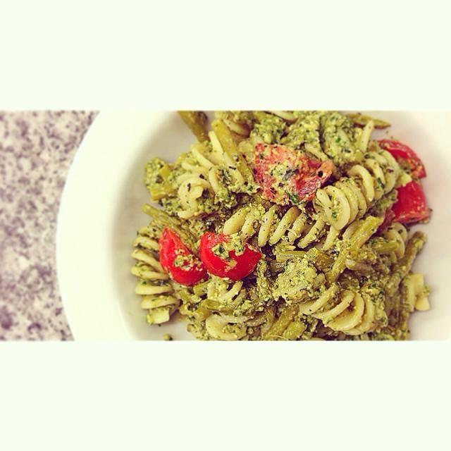 ミニアスパラとプチトマト、フジッリを大好きなペストソースで。 バジル、パインナッツ、ニンニク、オリーブオイルにレモンを絞って。 クイジナートで合わせただけ - 76件のもぐもぐ - アスパラガスのペストパスタサラダ。Asparagus and pasta with pesto sauce. by centralfields
