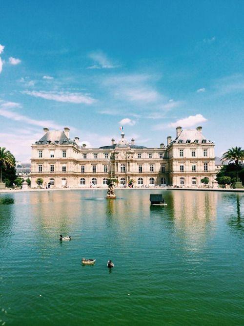 Le Palais du Luxembourg, siège du Sénat et le bassin du jardin où les enfants font évoluer leurs petits bateaux à voile(s)