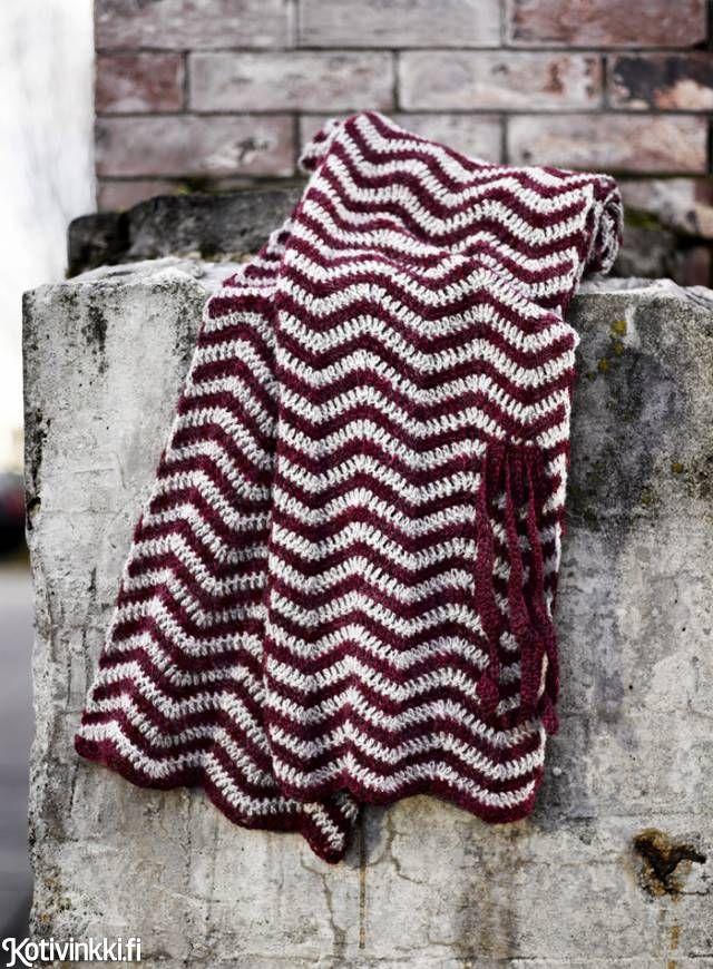 Virkattu siksak-huivi   Kotivinkki Pattern Sanna Vatanen, pic Sami Repo #scarf #crochet #crocheting #wool #crochetedscarf