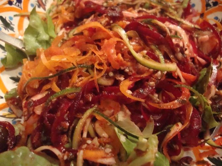 Sauce : persil plat, tomates séchées, épice d'ortie piquante, coriandre séchée, curcuma, poivre noir, un soupçon de piment rouge frais, une tranchette de betterave, le jus d'un demi citron, une pincée d'algues, une tomate + un tout petit peu de graines de chanvre décortiquées    Plat : courgettes, betterave, carottes en spaghettis avec quelques feuilles de salade verte