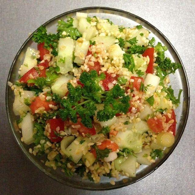 Tabbouleh podle @veronikahypsova  Potřebujeme (množství ingrediencí můžeme obměňovat podle chuti): 1/2 okurky hadovky 2 větší rajčata (nebo několik cherry) 1 menší (červená) cibule (nebo jarní cibulka) 1 stroužek česneku 1/2 šalku quinoi 1 šálek citronové šťávy svazek petrželové nati  Nejprve si uvaříme quinou - 2x ji propláchneme pod tekoucí vodou, v hrnci zalijeme dvojnásobným množsvím vody, přivedeme k varu a poté ihned stáhneme a necháme dojít a nabobtnat při nízké teplotě. Necháme…