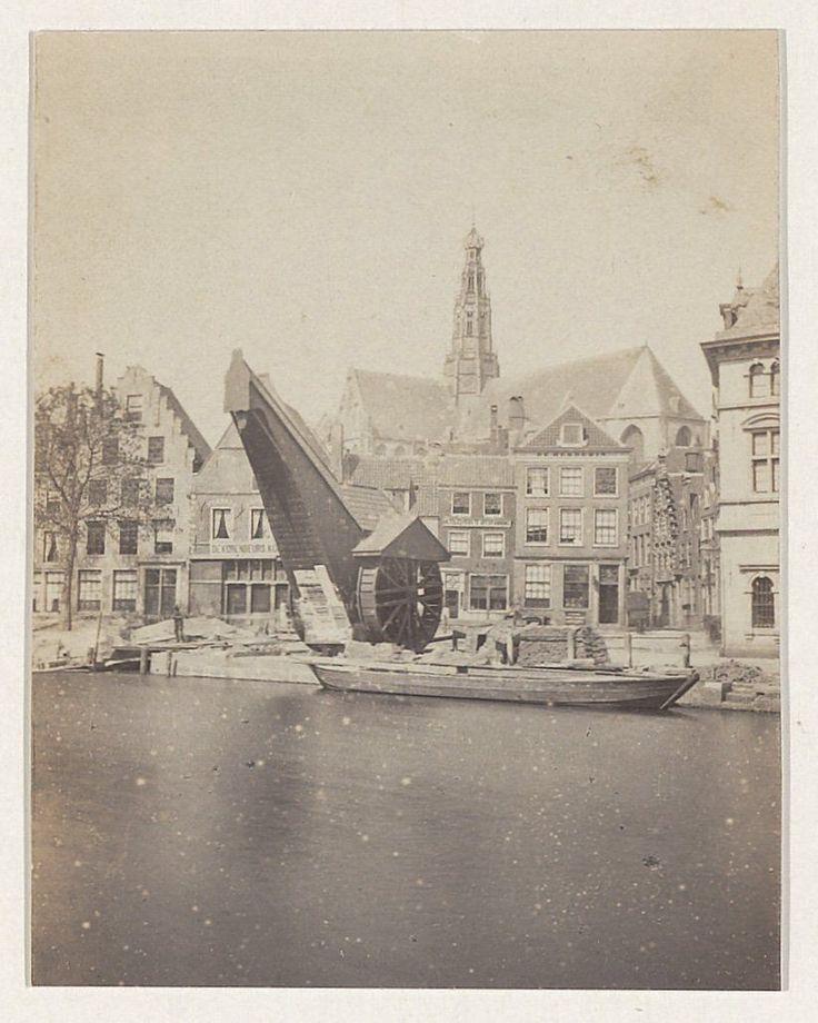 De hijskraan op het Slepershoofd, bij de Damstraat. Foto 1865 Fotograaf: Adolphe Braun