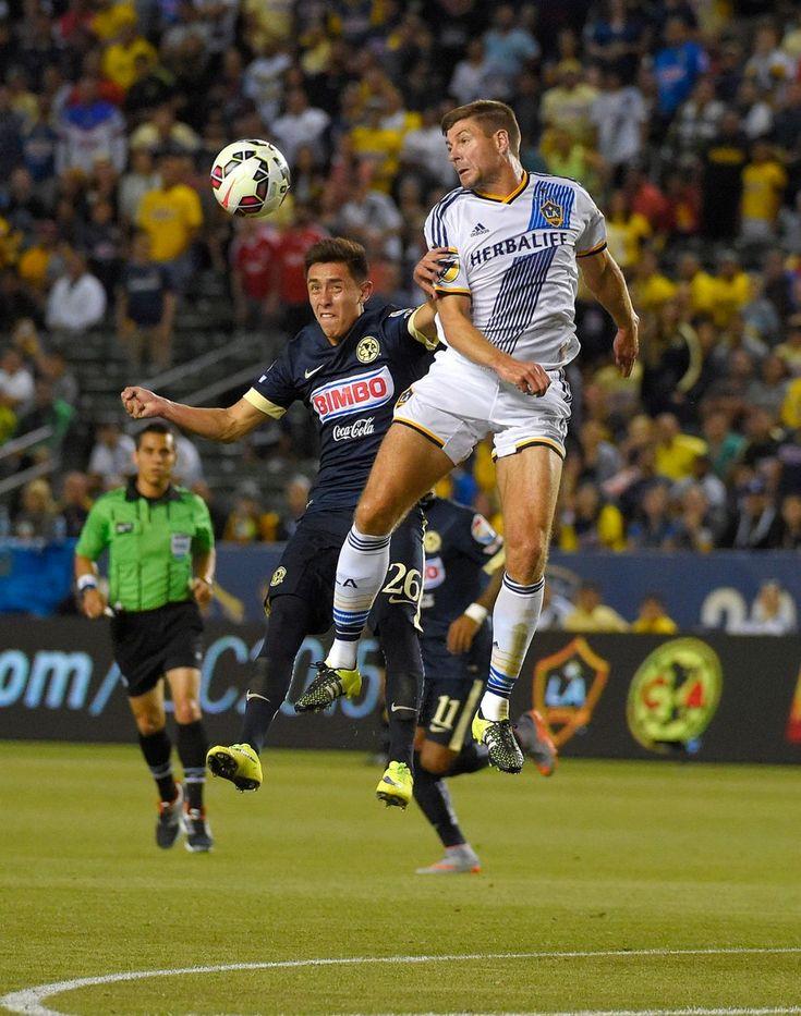 Los Angeles Galaxy stredopoliar Steven Gerrard, Anglicko, v futbalový zápas International Champions Cupu proti Club America, v sobotu, 11. júla 2015, v Carson, Kalifornia. (AP Photo / Mark J. Terrill)