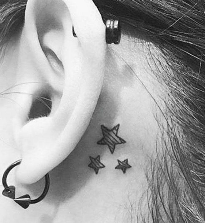 Tatuaggi stelle: tre stelline rigate dietro l'orecchio