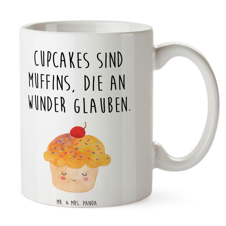 Tasse Cupcake aus Keramik  Weiß - Das Original von Mr. & Mrs. Panda.  Eine wunderschöne spülmaschinenfeste Keramiktasse (bis zu 2000 Waschgänge!!!) aus dem Hause Mr. & Mrs. Panda, liebevoll verziert mit handentworfenen Sprüchen, Motiven und Zeichnungen. Unsere Tassen sind immer ein besonders liebevolles und einzigartiges Geschenk. Jede Tasse wird von Mrs. Panda entworfen und in liebevoller Arbeit in unserer Manufaktur in Norddeutschland gefertigt.     Über unser Motiv Cupcake  Die Cupcake…