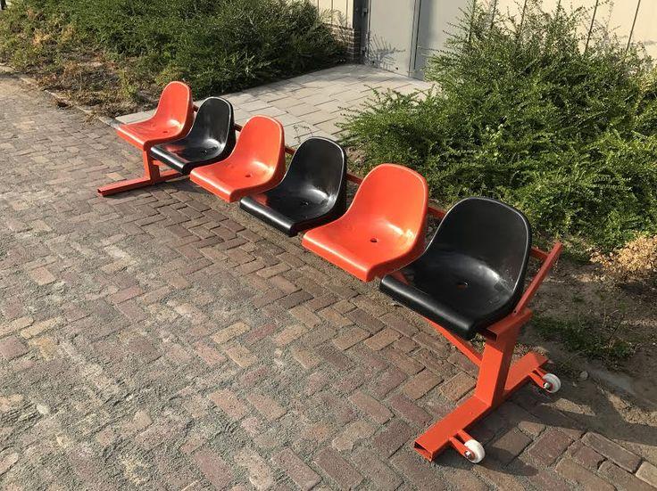 Onze reservenbanken in een fraaie oranje poedercoating, met oranje en zwarte stoelen. Lengte 3 meter. Ideaal voor voetbal, hockey, korfbal en handbalverenigingen.
