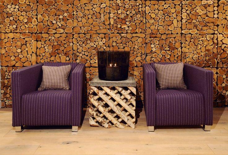 Auch lila Textilien passen perfekt zu rustikalem Holz.  Fotocredits: FINE