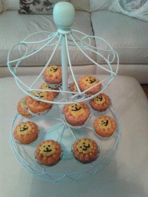 Lion cupcakes-safari birthday organization
