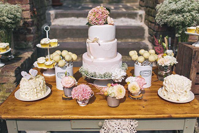Bei Styled Shoots fragen wir uns ja häufiger: War das jetzt eine echte Hochzeit? Weil sich das (angebliche) Brautpaar so anschmachtet und die Atmosphäre so voller guter Schwingungen ist.Und dann gi…