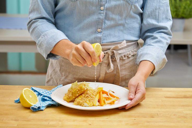 Oppskift på hjemmelagde fiskepinner av torskefilet, servert med hjemmelagd potetmos og ovnsbakte rotgrønnsaker.