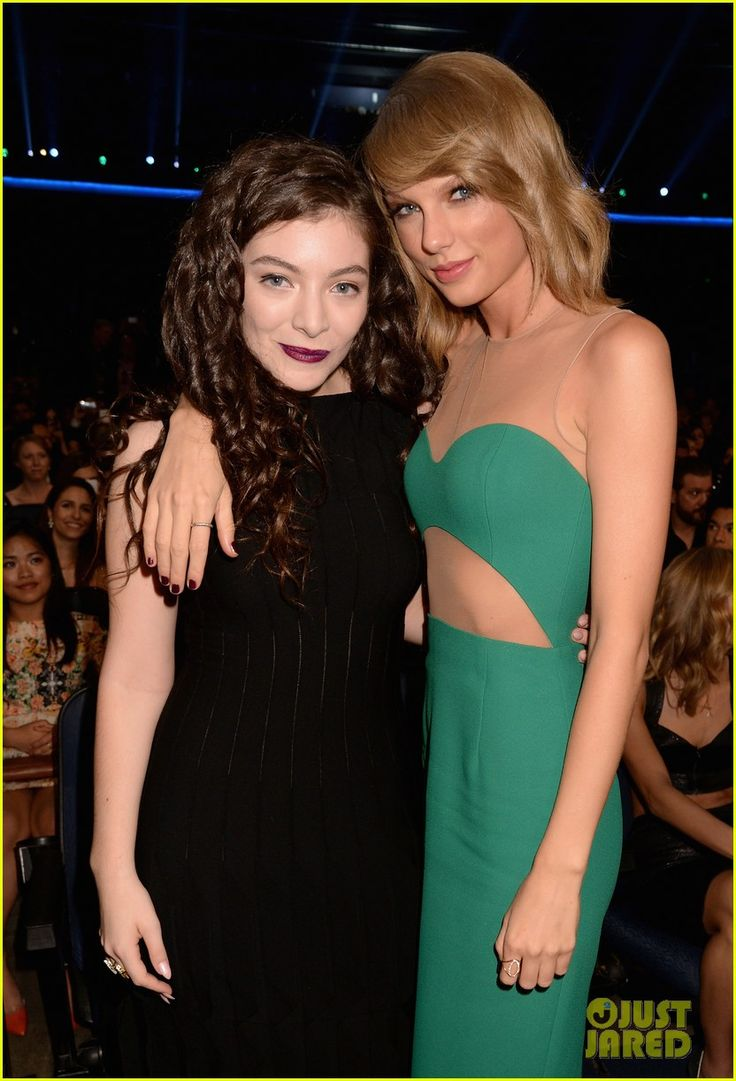 Taylor Swift Hangs Out with BFFs Selena Gomez & Lorde at American Music Awards 2014