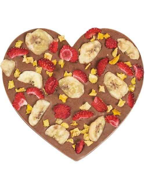 OWOCOWO-PIKANTNA UCZTA uże serce wykonane z delikatnej mlecznej czekolady z dodatkiem owoców truskawek, chipsów bananowych, brzoskwini w kostkach i ostrego chili, które dodatkowo podgrzeję temperaturę uczuć.