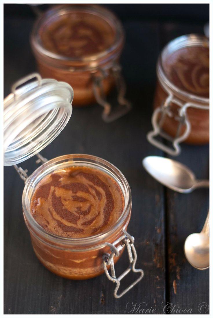 Petits pots de mousse au chocolat noir, sauce caramel beurre salé
