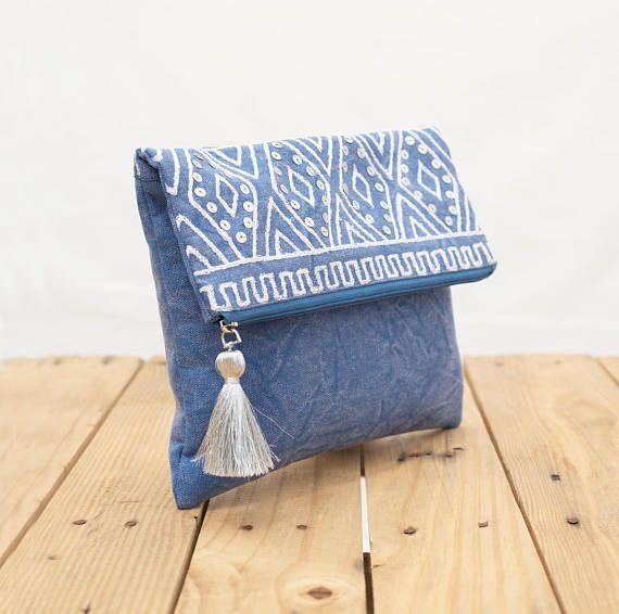 L'embrayage Indigo foldover Bohème, polyvalentes ou sac à main peut être utilisé pour les produits cosmétiques, bijoux, comme un embrayage de demoiselle d'honneur, sac à main de soirée.. .et bien plus encore. Il est très maniable et léger. Il est fait de toile de coton délavé et orné de broderies et de sequins argentés qui ajoutent de l'éclat subtil de la bourse. L'intérieur est doublé avec tissu assorti en coton bleu Le sac a assortie fermeture à glissière avec puller en laiton qui est…