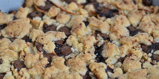 Dejlig æblekage med en skøn tilføjelse i form af hakket chokolade. Kan bikses sammen på et splitsekund.