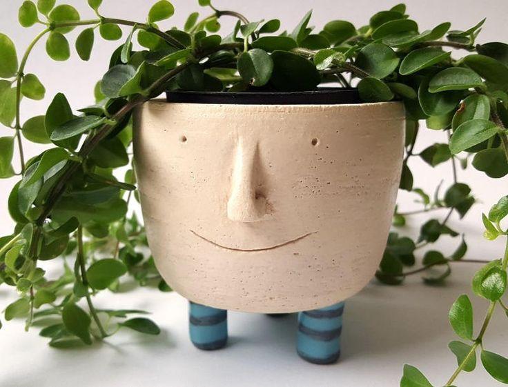 Blij om mijn nieuwste toevoeging aan mijn #etsy shop te kunnen delen: Face it! plantenpotje op pootjes - Vigo http://etsy.me/2iYjacP