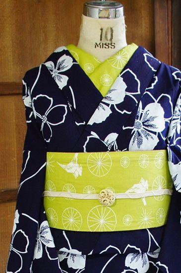 濃紺と白のすっきりとしたバイカラーで染め出された花水木を思わせるようなお花模様がモダンキュートな注染レトロ浴衣です。