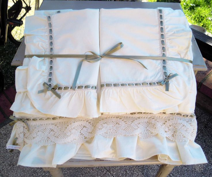Cotton sheet double edged with frills and lace cotton passanastro with sage-colored satin ribbon and bows.  Complete: with corners, top and pillowcases.