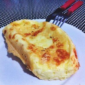 O Pão de Queijo de Frigideira (Com Goma de Tapioca) é delicioso, prático e perfeito para um lanche leve e saboroso. Faça e confira! Veja Também: Pão de Que