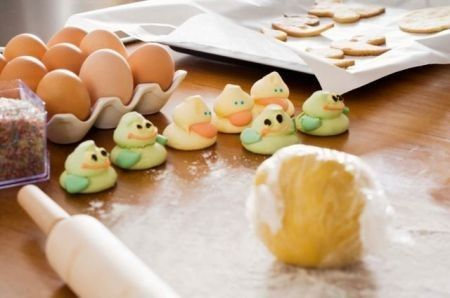 Pasta di zucchero: la ricetta e le varianti colorate! Oggi vi spieghiamo come fare la pasta di zucchero in casa vostra, un impasto di base che rivoluzionerà il vostro modo di concepire le torte di compleanno.