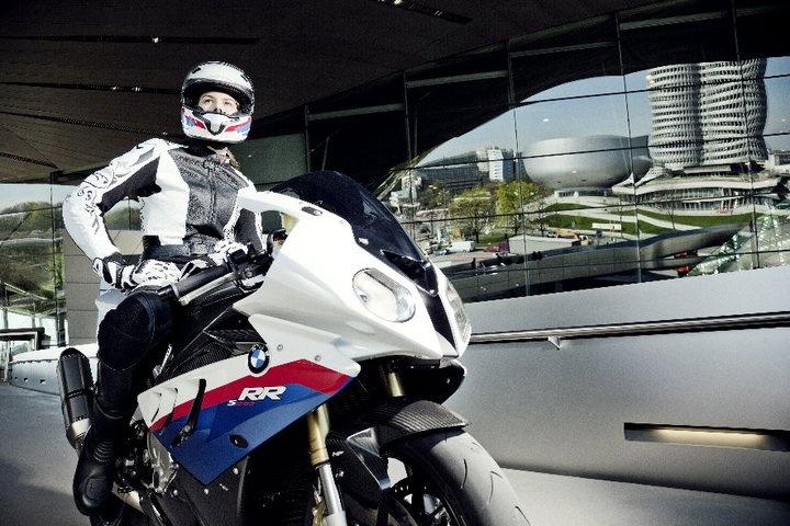 Estudiante de Marketing y modelo Anna en Munich con la BMW S 1000 RR