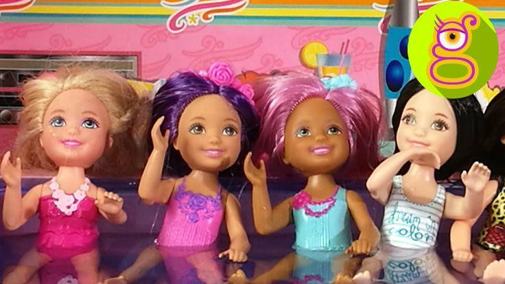 Fiesta en las Piscinas de las Caravanas de Barbie con Chelsea y sus amigas