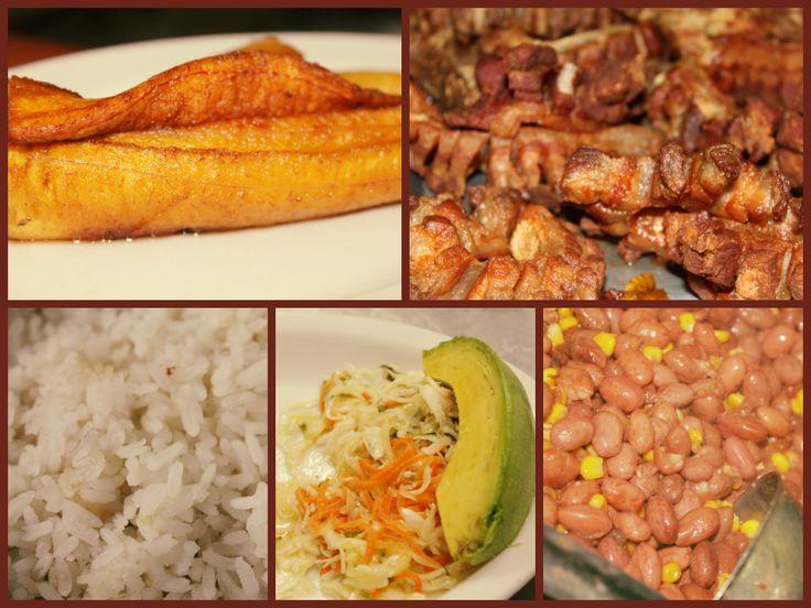 Almuerzo con maduro, frijoles, ensalada, chicharrón, arroz y aguacatico.