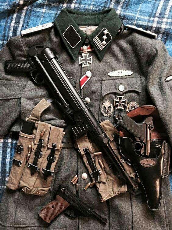 Hauptsturmführer Uniform MP 40 Pistole 08 Walther P38