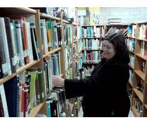 Vecina de Villa Nelda Panicucci se capacita en gestión bibliotecaria