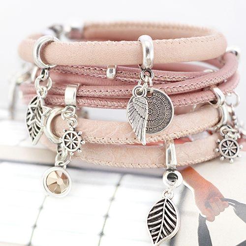 Prachtige look met metalen bedels en hangers in trendy kleuren