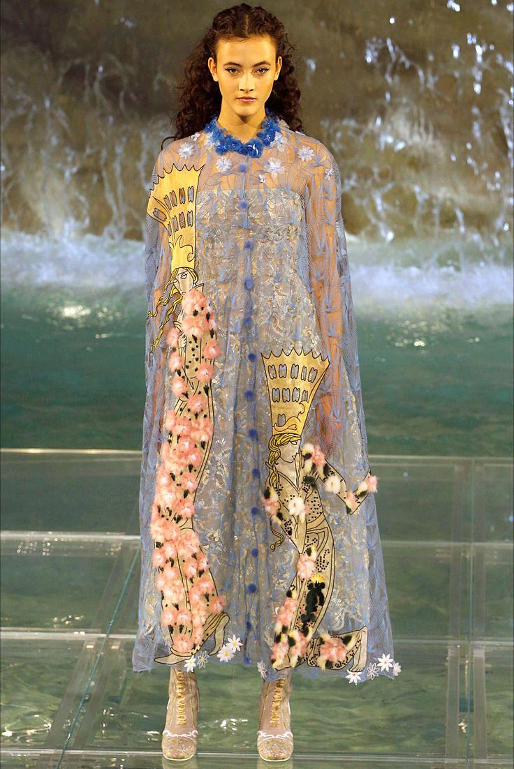 Guarda la sfilata di moda Fendi a Roma e scopri la collezione di abiti e…