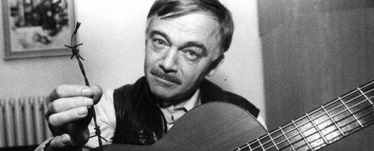 カレル・クリルと言えば、ギターを抱えている詩人である。  #Roboraion #czech #art #culture #KarelKryl #musician #protest #song #music #writer