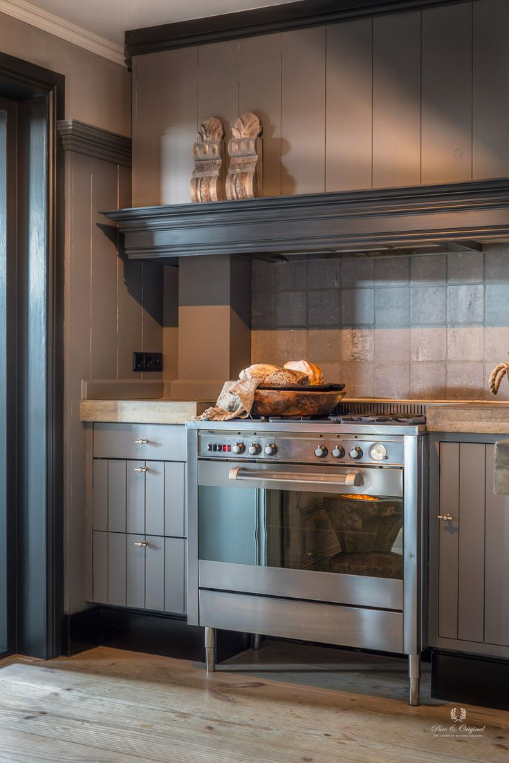 A perfect kitchen to work in. Cabinet is painted in the colour Elephant Skin, door frame and trim strip in the colour Black Smoke. Perfecte keuken om lekker in te koken. Kastjes in de kleur Elephant Skin, kozijn en sierlijsten in de kleur Black Smoke. Credits: Bianca Dudink, fotografie D. Keus, gepubliceerd in Wonen Landelijke Stijl.