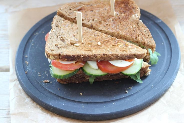 Heb je wat meer tijd om aan de lunch te besteden of wil je gewoon een makkelijke maar toch lekkere maaltijd? Maak dan deze club sandwich! Lekker met wat chipjes of frietjes erbij. Recept voor 1 club sandwich Tijd: 20 min. Benodigdheden: 1 ei 1 plakje kipfilet smeerkaas (of 2 plakjes kaas) 1 tomaat 1/4...Lees Meer »