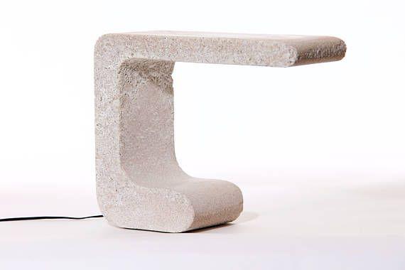 Lampe de table LED unique fabriqué à partir de marbre, de sable et de ciment blanc. Poli à la main. Durée de vie LED 50K, ° K3200, IP65 évalué. 7kg couleurs sont facultatifs, me contacter pour plus de détails. L 25 cm x 30 cm H x variateur pour le réglage de la force lumière