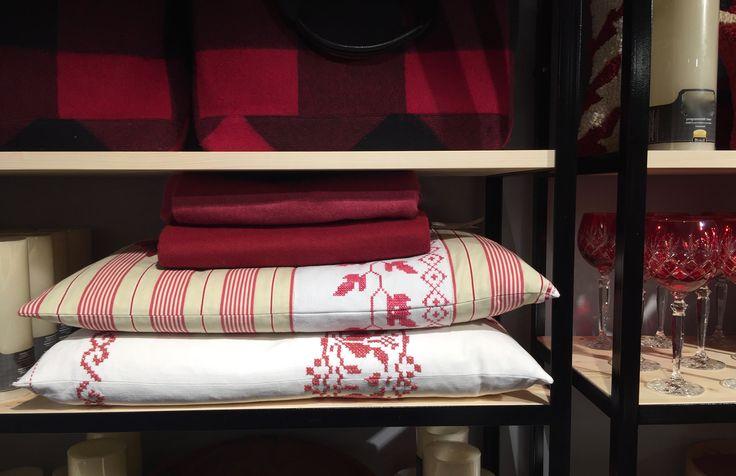 """Coussins, """"Le Fil Kinouli"""" chez Bonjour à Verbier, CH Collection Red over White 2016 J.Rommerts"""