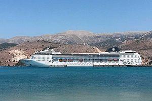 MSC Opera. (στο Αργοστόλι). Ιδιοκτησία & Διαχείριση: MSC Cruises. Παρθενικό ταξίδι στις 27/06/2014. 66.591GT ~ 274,90 μ.μ. ~ 32 μ.πλάτος ~ 54 μ.ύψος ~ 13 κατ/τα ~ 1.712~2.679 επ. ~ 728 α.πλ.