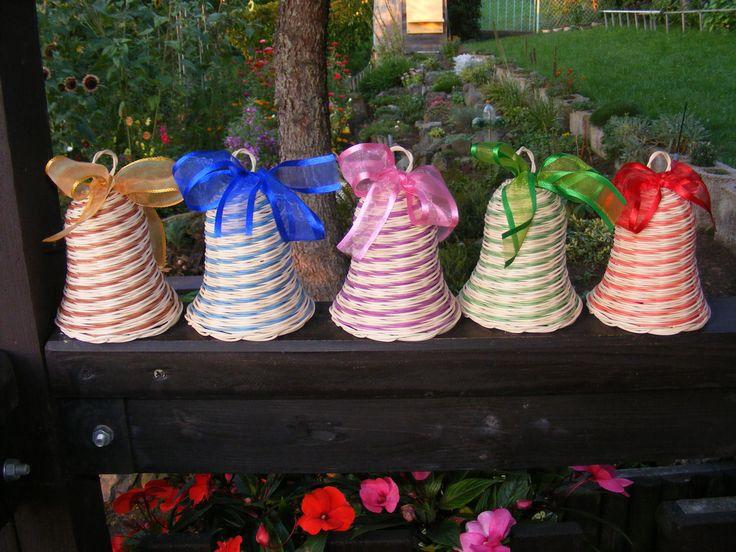 Zvonkohraní Zvonky pletené z přírodního a barveného pedigu,dozdobené barevnou stuhou.Výška asi 10-12 cm podle očka.Uvedená cena za jeden kus.