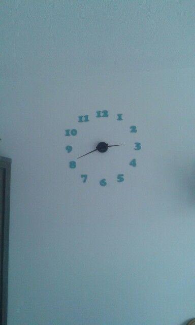 Zelfgemaakte klok met cijfers