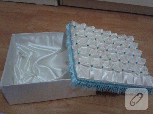 saten kumaşla kaplanarak, boncuk ve kurdelelerle süslenmiş ayakkabı kutusu, nişah veya bebek hediyeleri için dekoratif bir paket olarak kullanılabilir.