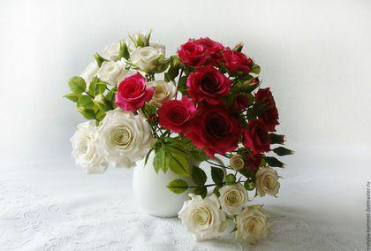 Купить или заказать Букетик 'Спрей-роза' в интернет-магазине на Ярмарке Мастеров. Букет миниатюрных розочек в белом молочнике. Розы бордовых и белых оттенков на веточках, с бутонами и листиками. Милый подарок на 8 марта, день рождения, новоселье .... Для фиксации цветочков в вазочке использован стеклянный фьюзинг-микс в тон розам, что позволит Вам составить композицию по своему желанию.