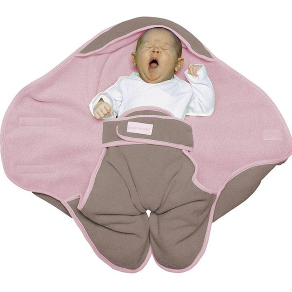 Cosily wrapped in the Babynomade blanket, he will be ready for travelling in his carseat or carrycot.