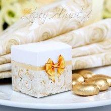 Urocze pudełeczko, w którym ukryć można wybrany słodki upominek dla gościa. Mogą to być migdały w lukrze, czekoladka, cukierek czy ciasteczko z wróżbą. Pudełeczko jest ozdobione piękną grafiką w róże i złotą kokardę.