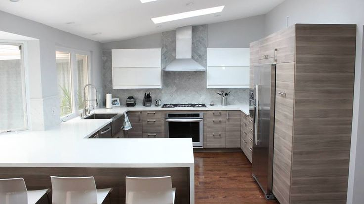 Idee Salle De Bain Ouverte : IKEA kitchen with accented Ringhult White wall cabinets, white quartz